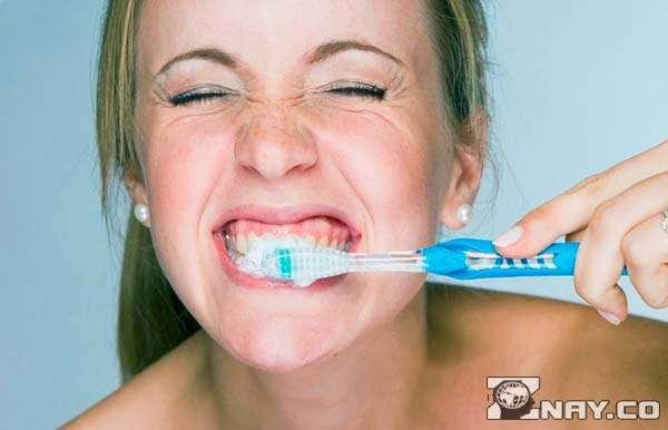 Жесткая зубная щетка: плюсы и недостатки