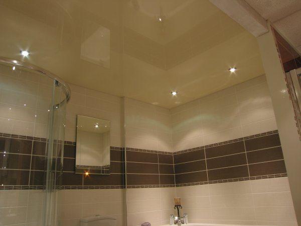 Натяжной потолок в ванной: плюсы и минусы выбора