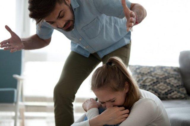 Стоит ли терпеть оскорбления и унижения мужа или лучше уйти от него?