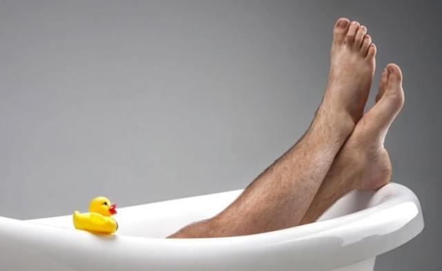 Стоит ли мужчине брить ноги?