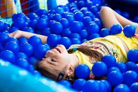 Сухой бассейн — плюсы и минусы для ребенка