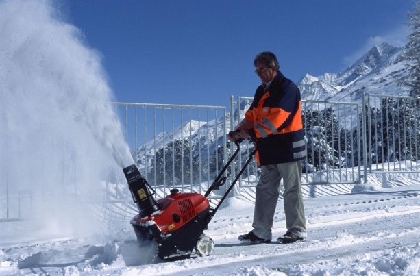 Стоит ли покупать снегоуборщик: плюсы и минусы