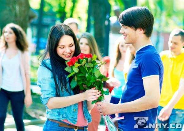 Стоит ли дарить девушке цветы на первом свидании