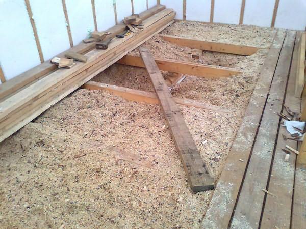 Утепление потолка опилками: особенности, плюсы и недостатки