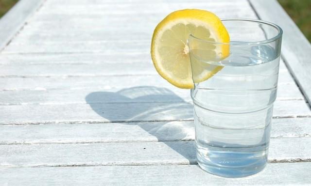 Лимон с водой натощак — плюсы и минусы для здоровья