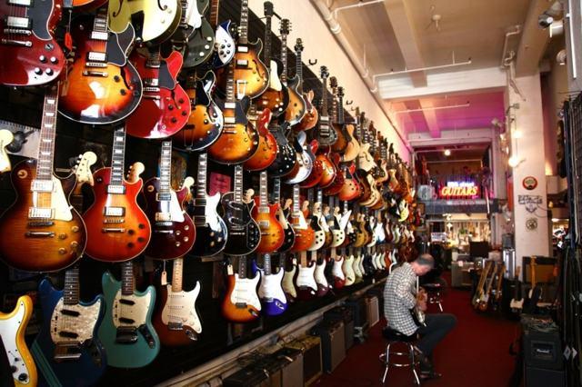 Стоит ли покупать акустическую гитару: плюсы и недостатки