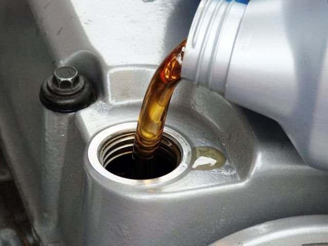 Стоит ли менять масло в МКПП: плюсы и минусы