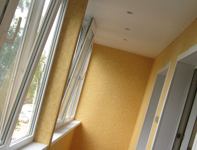 Натяжной потолок на балконе — основные плюсы и минусы