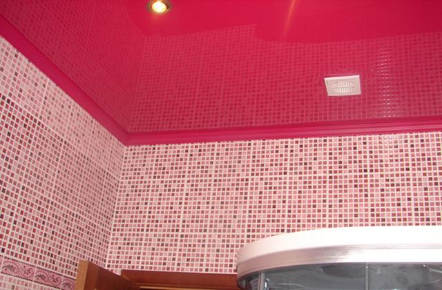 Стоит ли делать натяжной потолок в ванной: плюсы и минусы