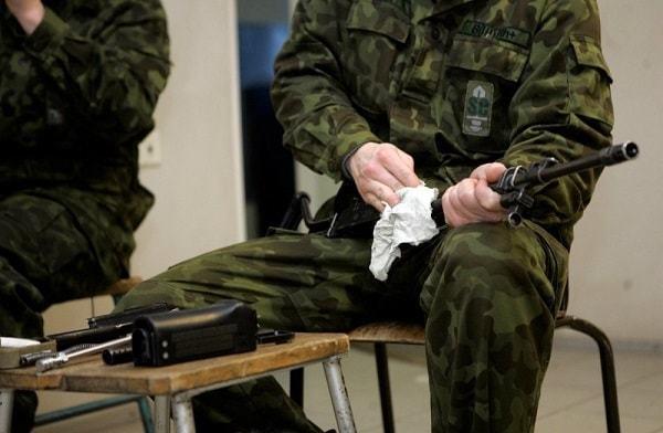 Стоит ли девушке идти в армию: плюсы и недостатки