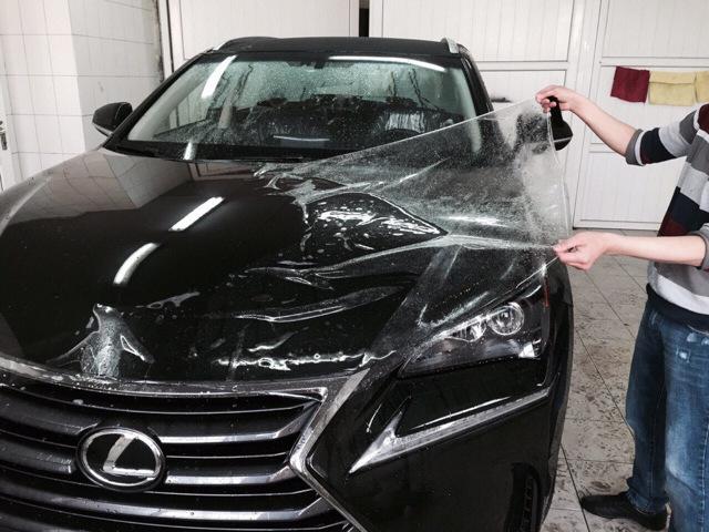 Оклейка автомобиля плёнкой: плюсы, минусы и особенности
