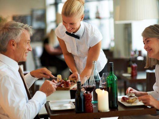 Профессия официант: основные плюсы и минусы