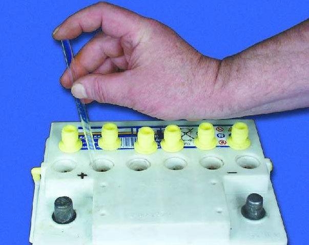 Стоит ли производить замену электролита в аккумуляторе?