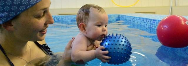 Плюсы и минусы грудничкового плавания